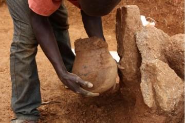 考古学家在古代陶罐中发现非洲最古老的采集蜂蜜的直接证据